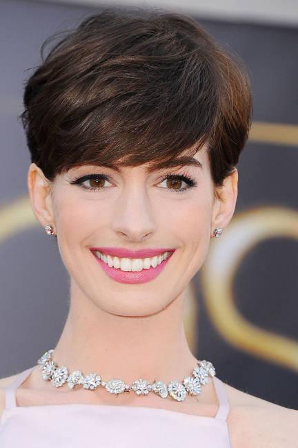 2. Anne Hathaway<br/>Kiểu trang điểm lấy cảm hứng từ vẻ đẹp cổ điển Audrey Hepburn, rất phù hợp cho buổi lễ đón dâu và trong nhà thờ vào buổi sáng. Điểm nổi bật nhất là đôi môi hồng cách sen. Để son môi được đều màu và giữ lâu suốt buổi lễ, các chuyên gia trang điểm thường thoa chút kem che khuyết điểm lên môi rồi tô đều son. Bạn có thể tô nhiều lớp son để màu lên chuẩn xác nhất. Đôi mắt trông sâu hơn nhưng vẫn không quá nặng nề nhờ một lớp phấn mắt màu xám bạc tô sát đường viền mi và vẽ eyeliner bằng kẻ mắt nước màu đen. Đừng quên thật nhiều lớp mascara nữa nhé.