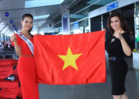 Hoa hậu Trần Thị Quỳnh và Đệ nhất Quý bà Kim Hồng trước giờ lên đường thi Mrs World