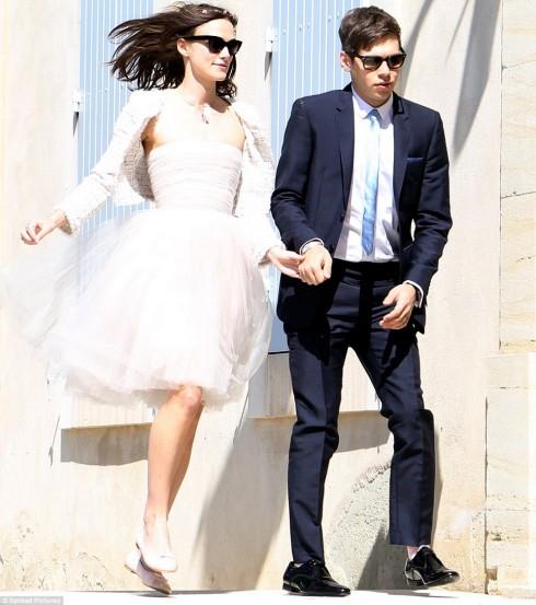 Nếu đam mê phong cách đơn giản, bạn có thể sẽ cùng gu với Keira Knightley. Cô ấy thậm chí đã từ chối cả lời mời thiết kế váy cưới của Karl Lagerfeld chỉ để lựa chọn một chiếc đầm cúp ngực ngắn được cho là đã mặc từ năm 2008, kết hợp thêm chiếc áo khoác nhẹ của Chanel và một đôi giày ba lê đơn giản trong ngày lên xe hoa. Đám cưới của Keira cũng không thể giản dị hơn, đó chỉ là một buổi lễ nhỏ trong nhà thờ với sự chứng kiến của khoảng 10 người bạn và người thân. Tuy vậy, cô ấy đã rất xúc động và thực sự hạnh phúc trong giây phút ấy.