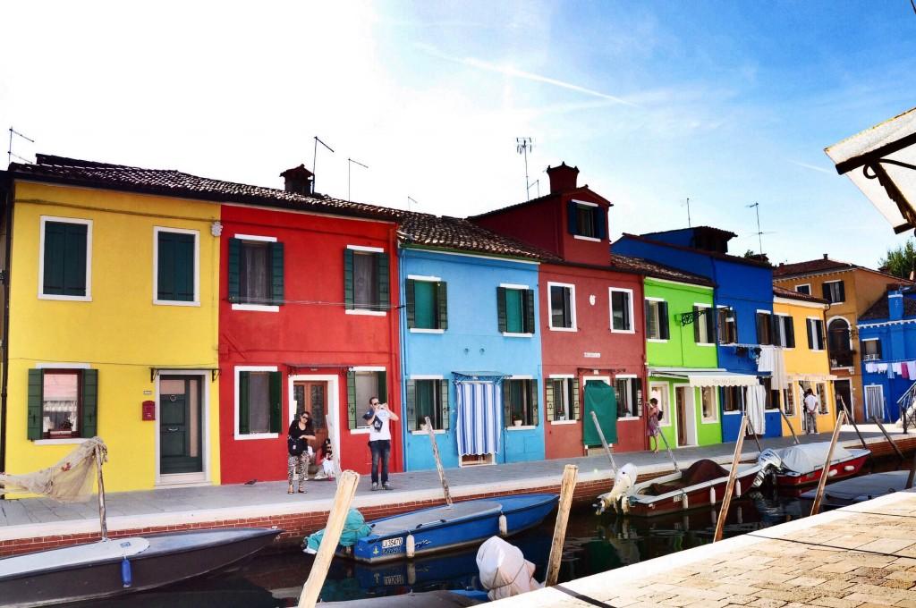 Burano là hòn đảo nhỏ xíu ở Venice (Ý), nổi tiếng với những ngôi nhà hình hộp sơn màu rực rỡ. Người dân ở đây sơn phết nhà cửa thường xuyên, nhưng mỗi khi muốn sơn lại nhà sẽ phải đăng ký với chính quyền và chờ duyệt, nhằm đảm bảo vẻ rực rỡ chung của hòn đảo. Nếu bạn thích color block, có bao giờ bạn nghĩ đến việc mặc một chiếc áo sặc sỡ cho ngôi nhà của mình chưa?