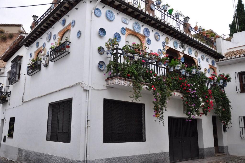 Ở Granada (Tây Ban Nha), có những ngôi nhà được gắn cả đĩa trang trí kiểu Ma rốc lên mặt tường ngoài nhà như thế này.