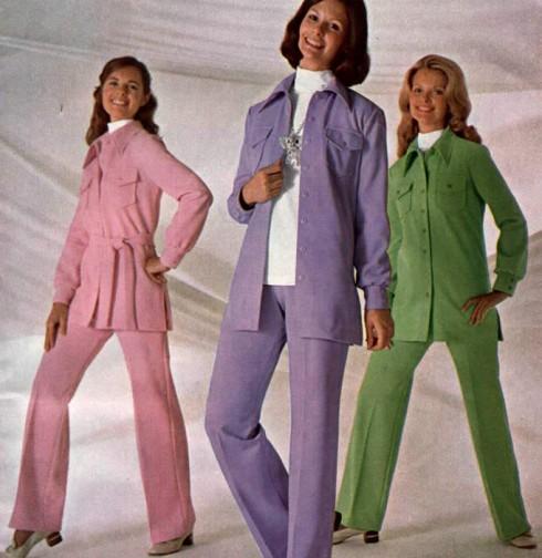 Phụ nữ những năm 1970 đã giành được nhiều chỗ đứng trong xã hội khi cuộc đấu tranh nữ quyền đạt được nhiều thắng lợi. Âu phục trở thành một trong những trang phục phổ biến của thập niên này, nhất là trong giới phụ nữ công sở. Âu phục thời đó có thiết kế ít trang trọng hơn thường thấy và thường có màu sắc tươi sáng.