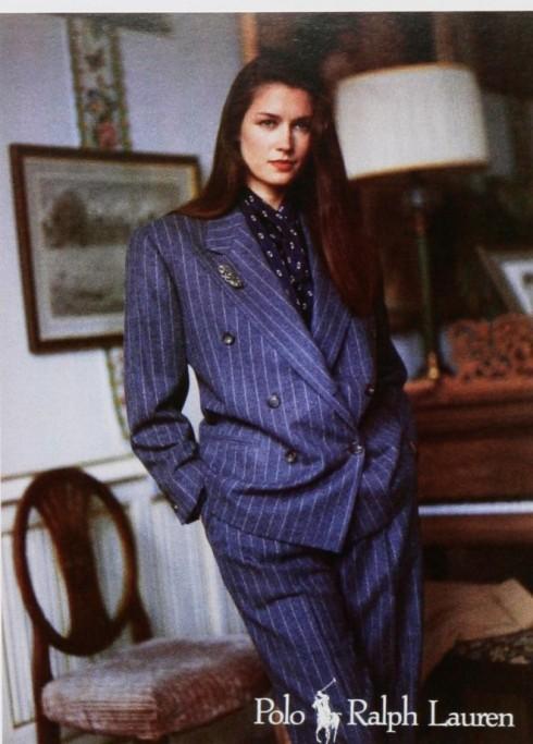 Thập niên 1980 là những năm của power dressing, phụ nữ ăn mặc để thể hiện sức mạnh, sự bình đằng với nam giới. Cùng với trào lưu cầu vai và big size, những bộ âu phục vai rộng, cao, dáng rộng thời kỳ này giúp người mặc trông mạnh mẽ và nam tính hơn. Pant suit trở thành một bộ trang phục không thể thiếu trong tủ quần áo của bất kỳ phụ nữ nào.
