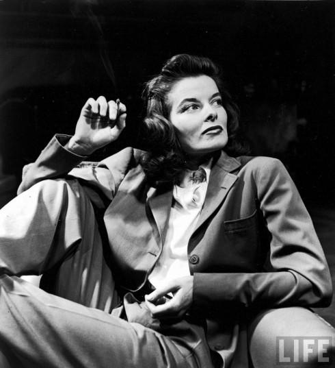 Diễn viên Katherine Hepburn là tín đồ của những kiểu trang phục mạnh mẽ. Cô chơi nhiều môn thể thao nên thường chuộng trang phục đem lại cho mình vẻ khỏe khoắn, kiểu suit phom rộng này cũng không ngoại lệ. Katherine thường mặc suit đến phim trường và một lần đã bị mất cắp chiếc quần. Cho đến khi cô tuyên bố sẽ mặc underwear ra về chứ không mặc đồ nào khác, người lấy mới chịu trả lại. Bức ảnh chụp trên tạp chí Life năm 1938 này là một trong những bức nổi tiếng nhất của cô.