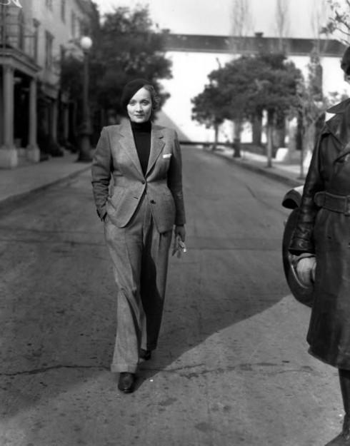 Những năm 1920, phụ nữ bắt đầu giành được quyền bầu cử nhưng vẫn còn phải đấu tranh với nhiều định kiến về quyền lợi của mình trong xã hội. Họ từ bỏ chiếc corset đã bó buộc mình nhiều thế kỷ và thích ăn mặc thoải mái hơn. Cùng với kiểu trang phục theo phong cách flapper, những phụ nữ của thời đại mới lần đầu tiên mặc âu phục, trang phục lâu nay vốn là độc quyền của phái mạnh. Coco Chanel mạnh dạn thiết kế mẫu quần tây bằng jersey trong khi nữ minh tinh Marlene Dietrich (ảnh) mặc bộ âu phục nam tính ra phố
