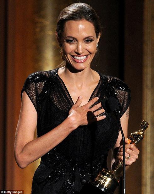 Nữ diễn viên Angelina Jolie xúc động nhận giải thưởng