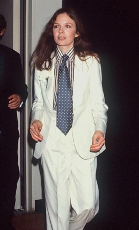 Tại lễ trao giải Academy Awards năm 1976, Diane Keaton chẳng ngần ngại diện một bộ âu phục với sơ-mi kẻ sọc và cà-vạt nguyên mẫu từ trang phục nam giới lên thảm đỏ. Một năm sau đó, bộ phim nổi tiếng Annie Hall của đạo diễn Woody Allen ra mắt và tạo tiếng vang lớn khiến hình ảnh Keaton trong những trang phục tương tự trở nên phổ biến. Khắp nơi, phụ nữ bắt chước theo cách ăn mặc của cô.