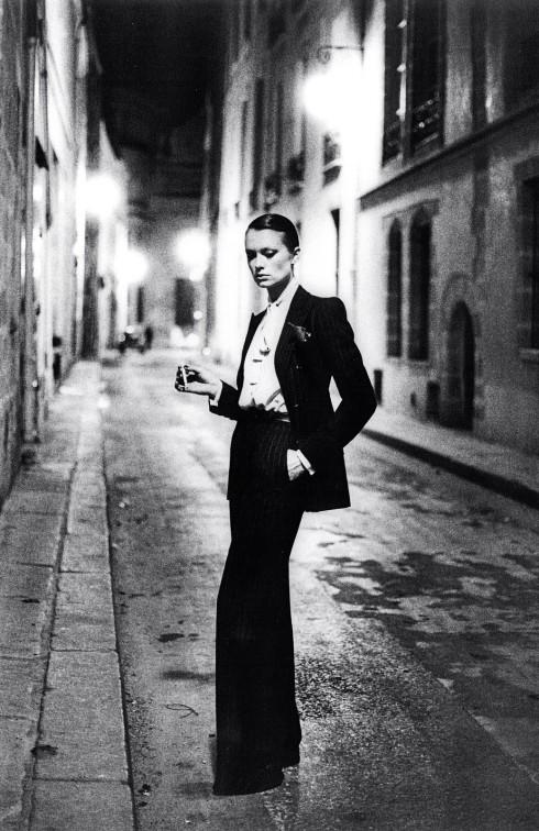 Chiến tranh Thế giới II mang đến cho phụ nữ nhiều vai trò hơn trong xã hội. Họ trở thành lực lượng sản xuất chính và vì vậy họ thường mặc quần lao động để dễ dàng làm việc hơn. Điều này mở đường cho sự trỗi dậy của pant suit bất chấp một thế kỉ sau chiến tranh, phụ nữ lại bị gò bó trong khuôn mẫu nữ tính của những mẫu thiết kế như New Look. Năm 1966, Yves Saint Laurent giới thiệu bộ sưu tập Le Smoking với kiểu suit ba món gồm áo blouse, quần may đo lưng cao, áo khoác được cắt ôm người hơn. Bộ tuxedo của nam giới đã được nhà thiết kế làm cho vừa vặn, phù hợp với nữ giới. Với bức ảnh nổi tiếng do Helmut Newton chụp này, Le Smoking của Laurent đã trở thành biểu tượng trong lịch sử pant suit.
