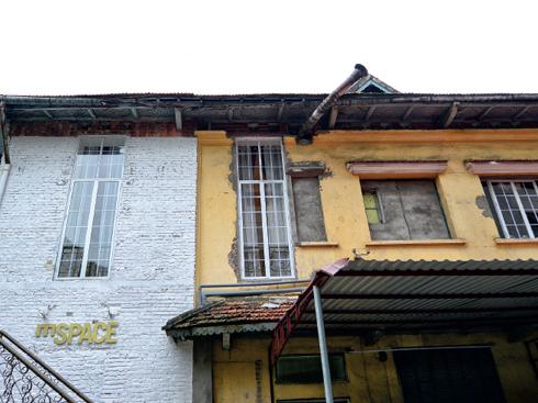Phong cách kiến trúc Pháp cổ hiện hữu với mái ngói đỏ và tường vôi vàng.