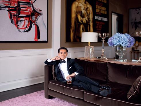 Chủ nhà Thái Công trên chiếc sofa yêu thích, một sản phẩm làm tay từ Pháp. Các bức vẽ deco trên tường mang phong cách Mỹ hòa cùng đồ nội thất Pháp.
