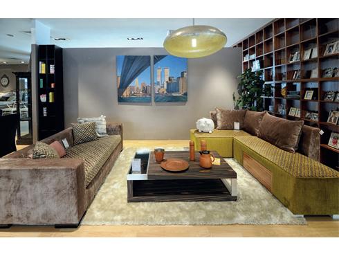 Bộ sofa kiểu dáng hiện đại, trẻ trung tạo nên cá tính riêng. Thêm những chiếc bàn với chất liệu mộc không qua xử lý và đôn ngồi với kiểu dáng và màu sắc hoàn toàn khác biệt, phòng khách của ngôi nhà càng thêm lạ mắt.