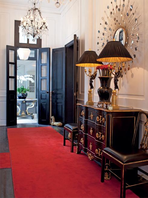 Hành lang với toàn bộ tường ốp gỗ, gương của công ty Baker danh tiếng. Đèn trùm từ Pháp với pha lê và đồng đen.
