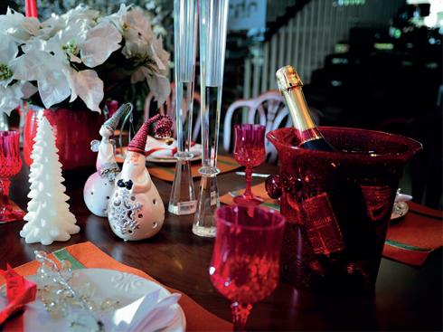 Bạn có thể tìm mua các sản phẩm nội thất, đồ trang trí theo xu hướng thời trang và các trào lưu nghệ thuật mới nhất tại siêu thị nội thất Nhà Xinh trên toàn quốc. Nhân dịp Giáng sinh và Năm mới, Nhà Xinh còn đưa ra những chương trình ưu đãi cuối năm hấp dẫn. Chi tiết xem thêm tại: www.nhaxinh.com.