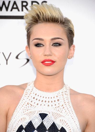 Kiểu tóc tém thường đòi hỏi bạn phải dùng thêm sản phẩm tạo kiểu. Ngoài những loại gel hoặc mousse tạo kiểu thông thường, bạn có thể chọn wax hoặc loại bột (mattifying powder) để giữ nếp mà tóc trông không bị bóng và quá cứng. <br/>Khi thay đổi phong cách thời trang nổi loạn, Miley Cyrus cũng chọn cắt ngắn mái tóc của mình và nhuộm vàng, thường xuyên tạo kiểu hầm hồ với gel tóc.