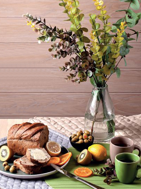 Tươi mới<br/>Bữa sáng gồm bánh mì đen phết bơ lạt và các loại trái cây tươi. Bình hoa thủy tinh trong suốt cắm những cành lá xanh mướt, cùng tấm lót bàn ăn cùng màu, mang thiên nhiên trong lành lên bàn ăn nhà bạn.