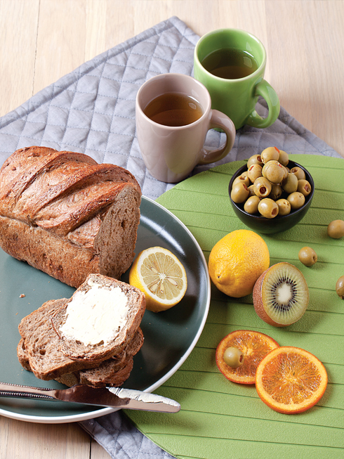 Hiện đại<br/></noscript>Bữa sáng đơn giản với bánh mì, bơ, trái cây và quả olive được bày trên những chén đĩa bằng gốm nhỏ nhắn, màu sắc hiện đại. Thêm chút hương thơm nhẹ của ly trà nóng, bạn đã có một bữa sáng thật Zen.