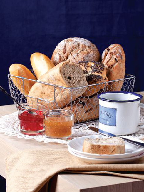 Trẻ trung<br/></noscript>Tấm lót bàn bằng ren trắng cổ điển mang lại sự tương phản thú vị với rổ lưới đựng các loại bánh mì, kèm với ly bằng sắt đựng trà hay cà phê. Các loại mứt nhiều màu trong những hũ thủy tinh nhỏ xinh làm bữa sáng thêm ngọt ngào.