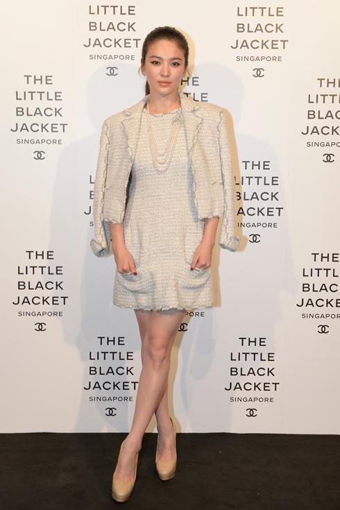Nữ diễn viên Hàn Quốc Song Hye Kyo trong chiếc áo khoác vải tweed, vòng cổ Colibri vàng trắng đính ngọc trai, kim cương và khuyên tai Plumes de Chanel.