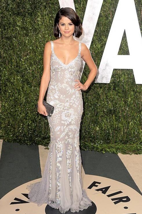 2012: Cô diễn viên - ca sĩ xinh đẹp tham dự tiệc Vanity Fair Oscar với chiếc đầm đính kết cầu kỳ Dolce & Gabbanna