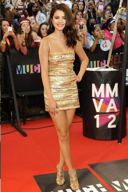 2012: Selena tham dự MuchMusic Video Award với chiếc đầm sequin Roberto Cavalli cùng giày Jimmy Choo đầy nổi bật. Trong khoảng thời gian này, cô tuyên bố ngừng hoạt động trong lĩnh vực ca hát để tập trung cho việc diễn xuất.