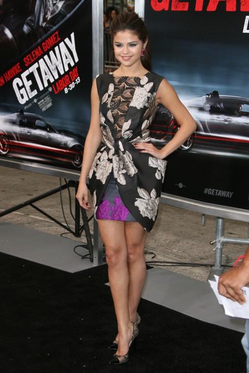 2013: Tại buổi ra mắt bộ phim Getaway do cô đóng vai chính, Selena chọn thiết kế của Vera Wang cùng giày đính ren Jimmy Choo.