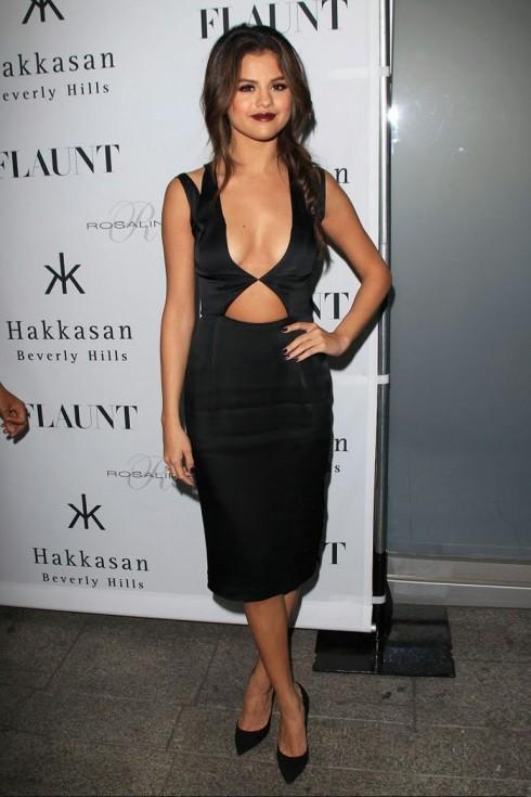 2013: Tại buổi ra mắt tạp chí Flaunt, Selena trông đằm thắm hơn với môi màu đỏ mận, trang phục cắt cúp quyến rũ của Cushnie Et Ochs và giày Jimmy Choo.