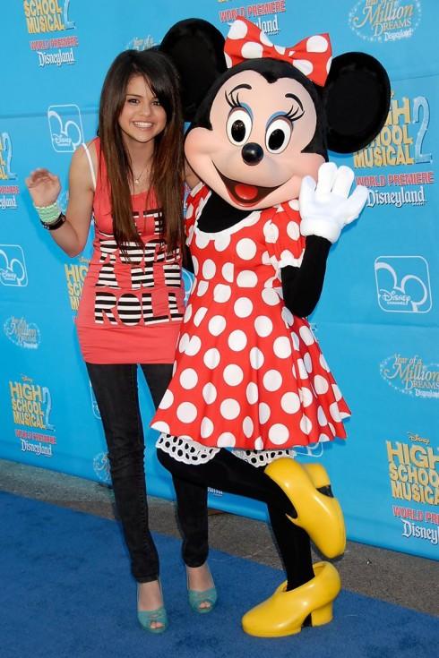 2008: Nữ diễn viên Selena Gomez (trái) tham dự buổi ra mắt của 'High School Musical 2