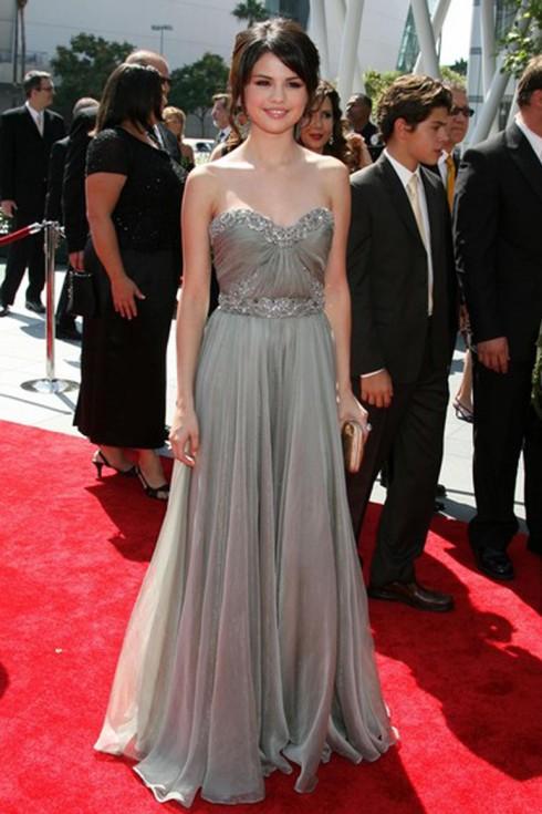 2009: Tại lễ trao giải Creative Art Emmy, Selena Gomez mặc trang phục của Marchesa Resort 2010.