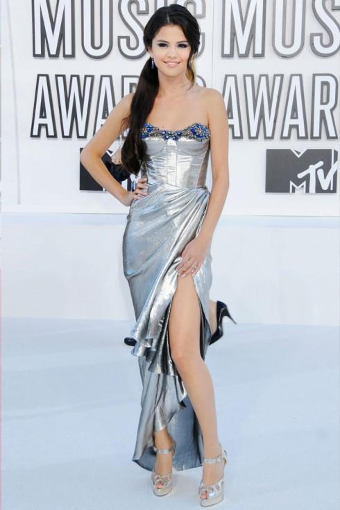 2010: Selena tại buổi trao giải MTV VNAs với chiếc váy ánh bạc của Reem Acra Resort 2011.