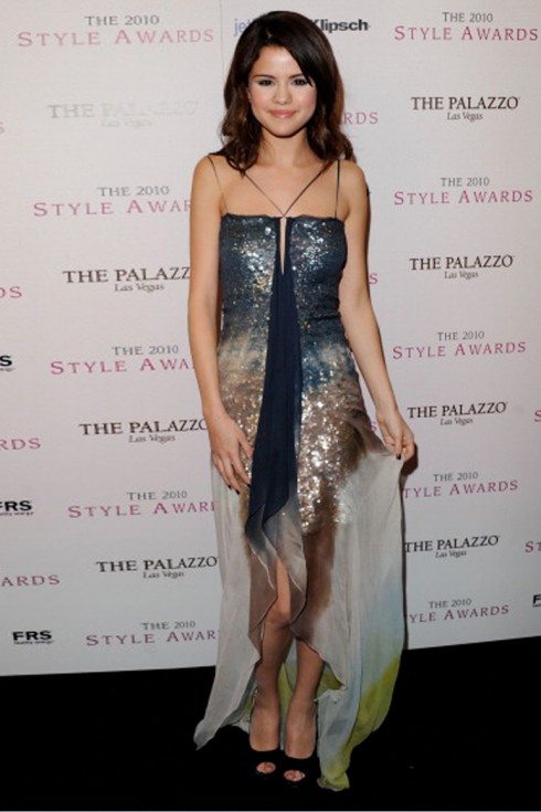2010: Selena tại lễ trao giải Max Azria Atelier – 2010 Hollywood Style Awards với thiết kế của Max Azria Atelie.
