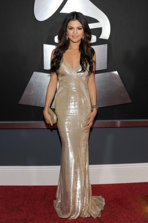 2011: Tại lễ trao giải  Grammy Selena xuất hiện trong chiếc đầm liền ánh bạc của J.Mendel Spring 2011, quyến rũ với những đường cong cơ thể, đôi mắ, mái tóc gợn tự nhiên và trang sức lấp lánh.
