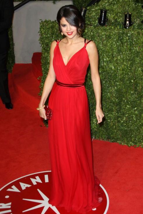 2011: Cô lỗng lẫy với chiếc đầm đỏ Dolce&Gabbana cùng clutch Judith Leiber chung tông màu tại buổi tiệc Vanity Fair Oscar.