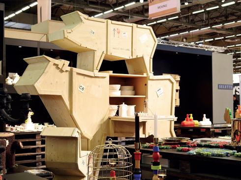 Một góc thôn quê tại triển lãm khổng lồ với tủ chén bằng gỗ mô phỏng