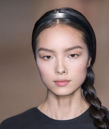 2. Ruy băng đen tô điểm thêm cho tóc bím dịu dàng.