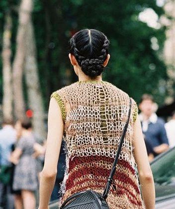 4. Hai bím tóc tạo thành vòng tròn và kết thúc bằng búi tóc sau gáy, cầu kỳ nhưng vẫn hợp với đi chơi hay công sở.