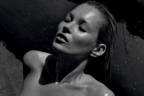 Năm 2012, siêu mẫu 40 tuổi Kate Moss dưới ống kính của nhiếp ảnh gia Mario Sorrenti (người tình cũ của cô).