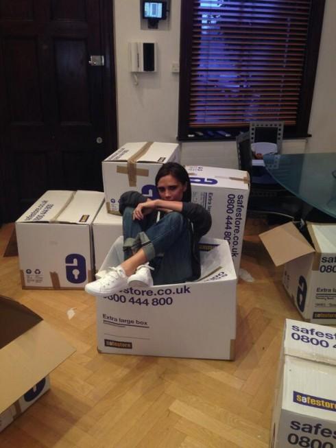 Hình ảnh Victoria Beckham với rất nhiều thùng đồ hiệu chuẩn bị mang đi làm từ thiện
