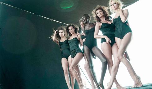 Lịch Pirelli 2014 có sự tham gia của Miranda Kerr, Helena Christensen, Alessandra Ambrosio, Karolina Kurkova, Alek Wek và Isabeli Fontana