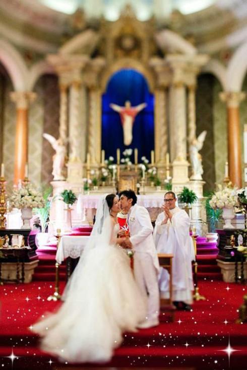 Một trong những đám cưới gây bất ngờ nhất với người hâm mộ trong năm qua đó là đám cưới của Đan Trường. Là một doanh nhân tại Mỹ, Thủy Tiên rất chịu khó đầu tư cho đám cưới của mình. Cô đã lựa chọn chiếc váy Vera Wang để mặc trong ngày trọng đại. Thiết kế của chiếc váy rất tinh tế với phần ren nổi ở chân váy kết hợp với khăn voan dài tạo sự trang trọng và kiêu sa cho cô dâu.