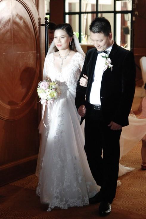 Vì khi tổ chức đám cưới, Mỹ Dung đang mang thai ở tháng thứ 5, vì thế cô đã khéo léo lựa chọn chiếc đầm có chân váy xẻ tà và khoét sâu vòng 1, tạo điểm nhấn gợi cảm cho phần thân trên mà vẫn rất tinh tế, dịu dàng.