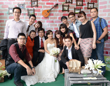 Hình ảnh cô dâu chú rể chụp cùng bạn bè