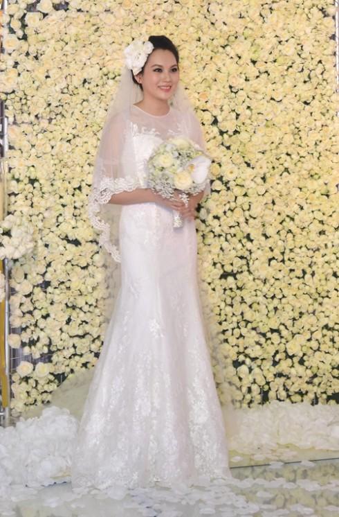 Cuối tháng 9 vừa qua, siêu mẫu Ngọc Thạch cũng tổ chức một đám cưới tiền tỉ gây sự chú ý đặc biệt của người hâm mộ. Trong ngày trọng đại, cô đã lựa chọn chiếc váy ren kiểu dánh trumpet cổ điển và tinh tế. Được biết đây là chiếc váy do chính cô cùng mẹ chồng chọn vải để đặt mua.
