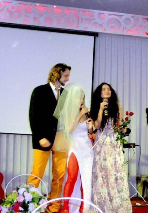 Cuối tháng 8 vừa qua, ca sĩ Mai Khôi bất ngờ quyết định kết hôn với chàng trai người Úc Benjamin Swanton. Trước khi cưới, họ có thực hiện một bộ ảnh đơn giản trên bãi biển, và trong đám cưới tại Cam Ranh, cô dâu Mai Khôi đã thể hiện sự nổi loạn cùng với bộ đồ cưới xẻ cao, kết hợp với tất lưới đỏ và voan choàng đầu.