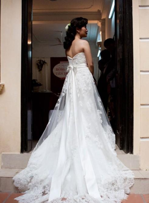 Cận cảnh chiếc váy cưới của vợ Đinh Tiến Dũng