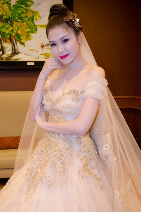 Chiếc váy thứ hai màu vàng đồng trong tiệc cưới thiết kế trễ vai, trang trí bằng hoa văn văn ren baroque, chân váy dài lãng mạn.