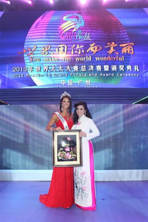 Hoa hậu Quý bà 2013 nhận tranh hoa sen từ Quý bà Kim Hồng