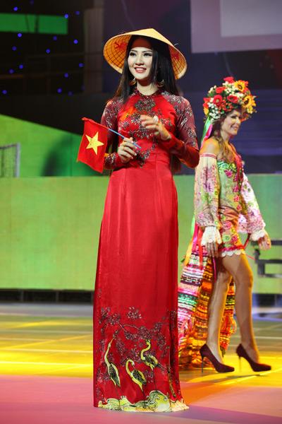 Trần Thị Quỳnh trong phần thi trang phục truyền thống
