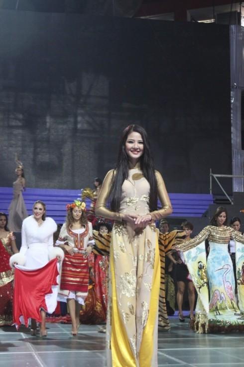 Người đẹp Trần Thị Quỳnh trong cuộc thi Mrs World 2013