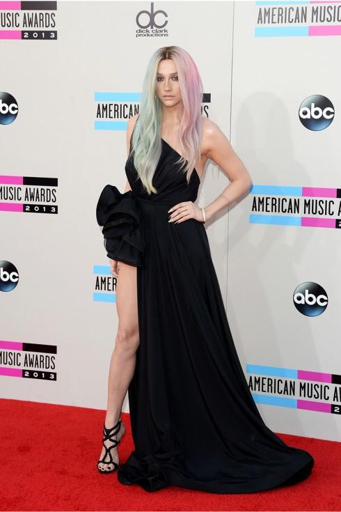 Ke$ha gây ấn tượng trong chiếc váy xẻ tà bất đối xứng của Michael Costello và mái tóc ombre 2 tông màu.