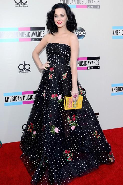 Katy Perry chọn đầm thêu hoa, thiết kế mới nhất của Oscar de la Renta. Ca sĩ